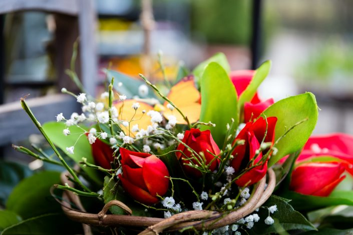 Gesteck mit roten Blumen