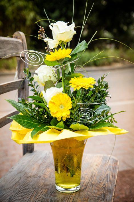 Blumenstrauß mit gelben und weißen Blumen