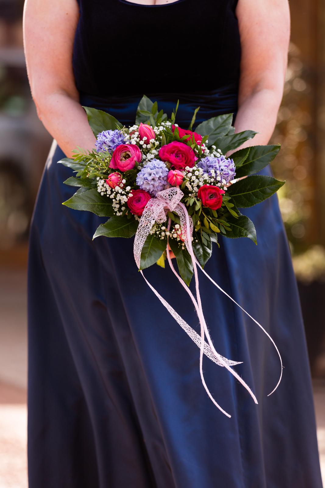 Brautstrauß mit pinken und lila Blumen in Jüchen