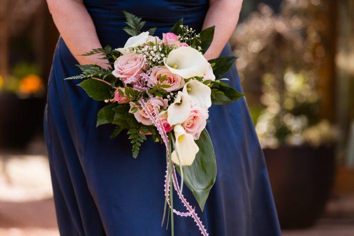 Brautstrauss vor blauem Kleid in Jüchen